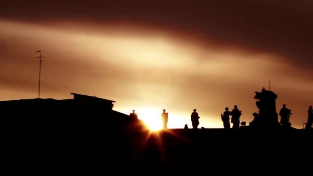 silhuett av pelar gången på peters platsen mot solen-bakgrundsbelysning - peter the apostle bildbanksvideor och videomaterial från bakom kulisserna