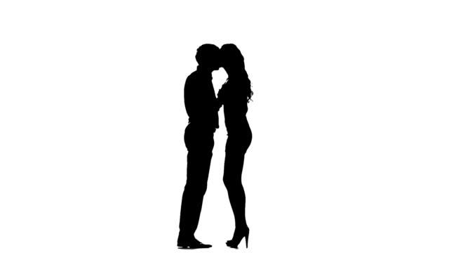 실루엣 두 러버즈. 흰색 바탕에 흰색 배경. 느린 동작 - 이성 커플 스톡 비디오 및 b-롤 화면