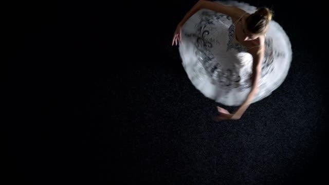 silhuetten av ung elegant kvinna ballerina i tutu är spining från ett hörn till ett annat, balett begrepp, topp skott - piruett bildbanksvideor och videomaterial från bakom kulisserna