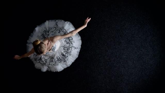 silhuetten av ung elegant kvinna ballerina i tutu är steping och spining, balett koncept, rörelse koncept, topp skott - piruett bildbanksvideor och videomaterial från bakom kulisserna