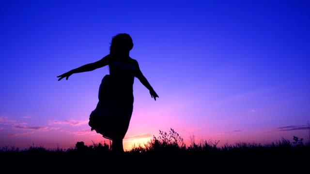 silhouette der jungen mädchen laufen gegen rosa himmel - tanzkunst stock-videos und b-roll-filmmaterial
