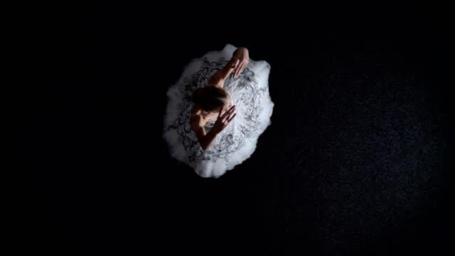 siluetten av ung kvinna ballerina i tutu är rörliga och spining från ett hörn till ett annat, balett koncept, rörelse koncept, topp skott - piruett bildbanksvideor och videomaterial från bakom kulisserna