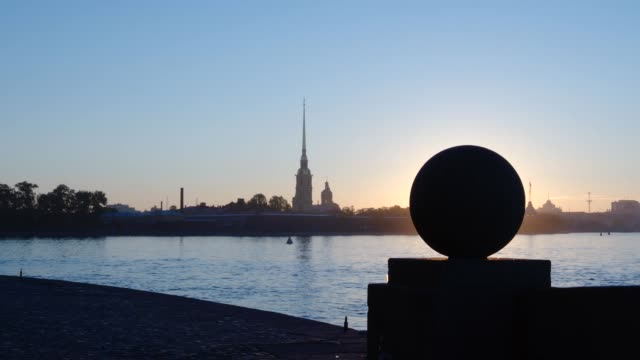 silhouette på sten bollen på spotta av ön vasilievsky på peter och paul fortress bakgrunden tidig morgon - st. petersburg, ryssland - peter and paul cathedral bildbanksvideor och videomaterial från bakom kulisserna