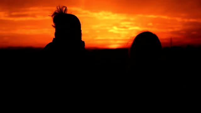 silhouette al tramonto la gente felice - amicizia tra donne video stock e b–roll