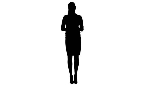 vídeos de stock, filmes e b-roll de gerente de mulher séria silhueta, falando com a câmera passando off em seus dedos - saia