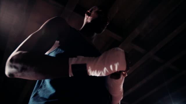 sagoma di un afro-americano pugile mettere le mani - avvolgere video stock e b–roll
