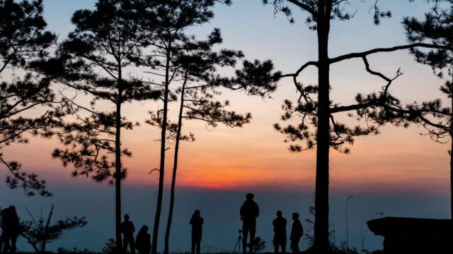 日の出でセニックビューポイントでシルエット観光客,タイムラプスビデオ ビデオ