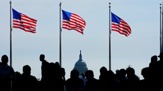 vidéos et rushes de silhouette de touristes au washington monument - patriotisme
