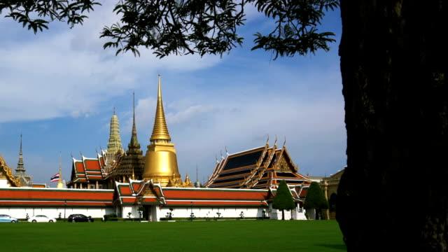pl, 낮 시간에 왓 프라 깨우 사원 보고 실루엣 나무 - 에메랄드 스톡 비디오 및 b-롤 화면