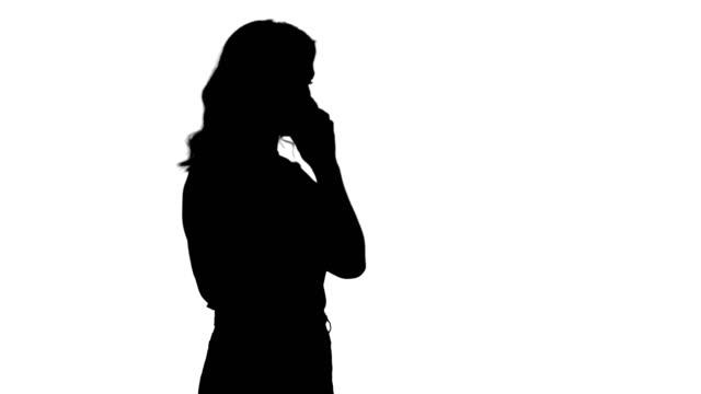silhouette frau am telefon sprechen - strafstoß oder strafwurf stock-videos und b-roll-filmmaterial