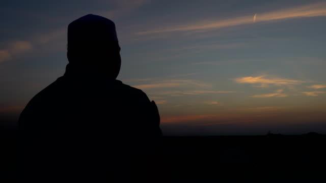 silhouette young asian muslim - поститься стоковые видео и кадры b-roll