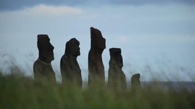 vídeos de stock, filmes e b-roll de moai da ilha de páscoa recortadas - civilização milenar