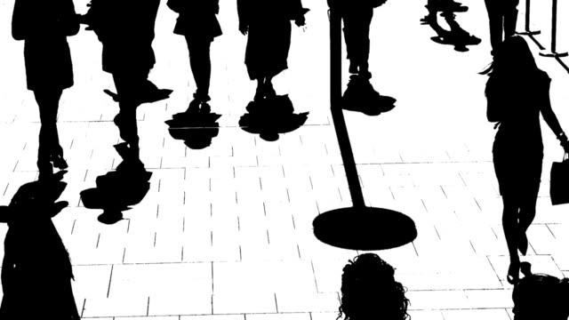 b /w シルエットの街の人々オンザムーヴ - 都市 モノクロ点の映像素材/bロール