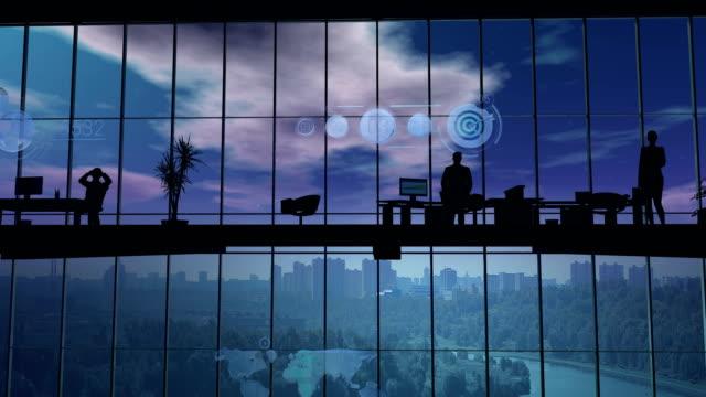 stockvideo's en b-roll-footage met silhouetten van werknemers in het kantoor en de elementen van infographic - bedrijfsstrategie