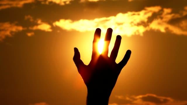 シルエットを手に、太陽 - 指点の映像素材/bロール