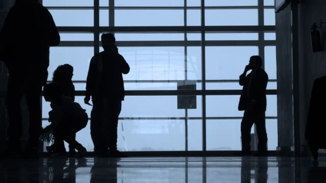 silhouette di gente cammina in un aeroporto. - subway video stock e b–roll