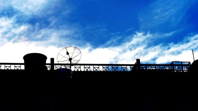 夏の日の青空の美しい景色と建物屋根のシルエット。 - デッキ点の映像素材/bロール