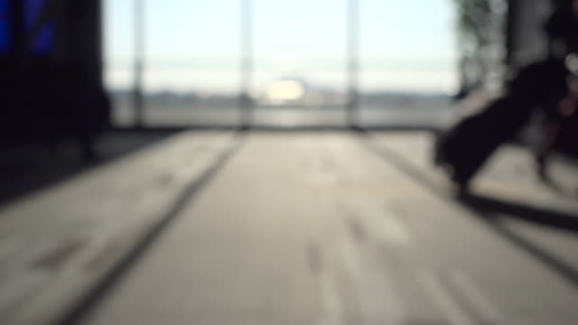 silhouette di viaggiatori a piedi con bagagli in aeroporto internazionale - tranvia video stock e b–roll