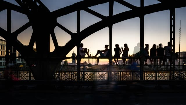 siluetter av unga människor njuter av solnedgången på hackerbruecke, münchen, bayern, tyskland - munich train station bildbanksvideor och videomaterial från bakom kulisserna