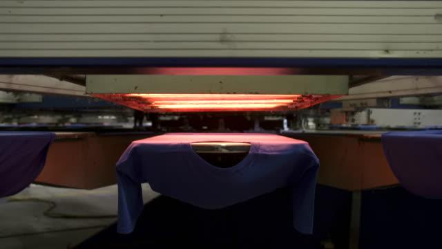 vídeos y material grabado en eventos de stock de máquina de secado de serigrafía - moda playera
