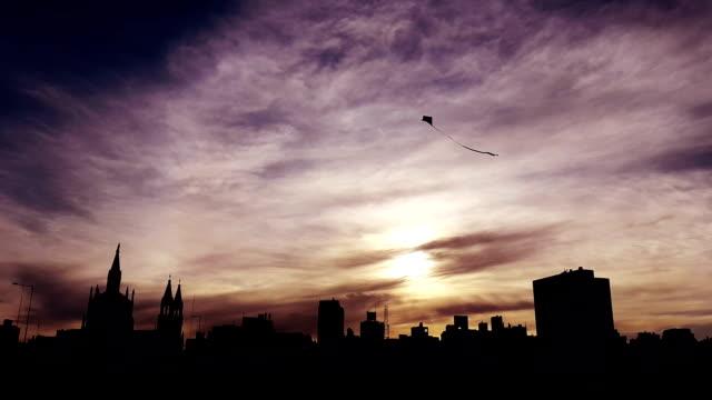 silueta de barrilete en la ciudad de córdoba argentina video