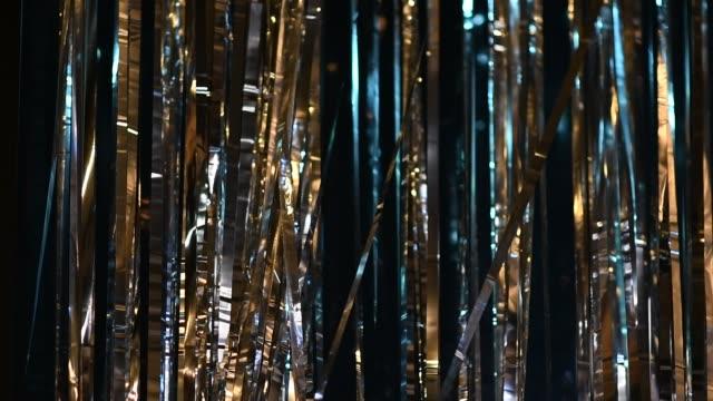 silber und gold bänder bewegung hintergrund - luftschlangen und konfetti stock-videos und b-roll-filmmaterial