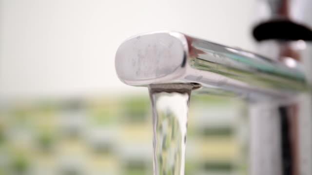 серебряный кран, включить заполнение ванна с водой-петля - погружённый стоковые видео и кадры b-roll