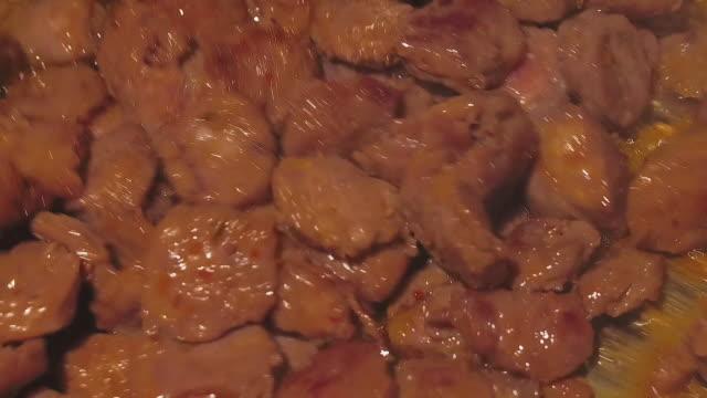 vídeos de stock, filmes e b-roll de cozendo a fogo brando com molho italiano - comida salgada