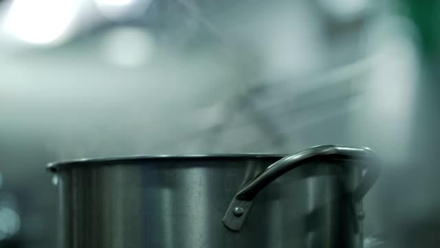 simmering wasser - gar gekocht stock-videos und b-roll-filmmaterial