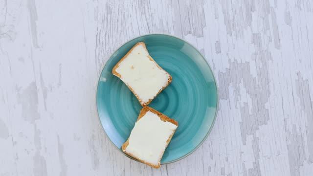 a simple breakfast - formaggio spalmabile video stock e b–roll