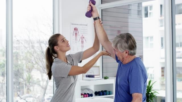 einfache übungen können ihre kraft verbessern - physiotherapeut stock-videos und b-roll-filmmaterial