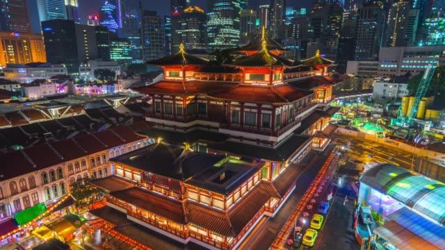 skyline della città di singapore di notte nella città cinese di singapore - buddha video stock e b–roll