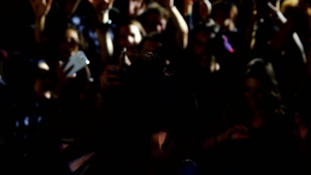 sångaren utför på scenen 4k - sångare artist bildbanksvideor och videomaterial från bakom kulisserna