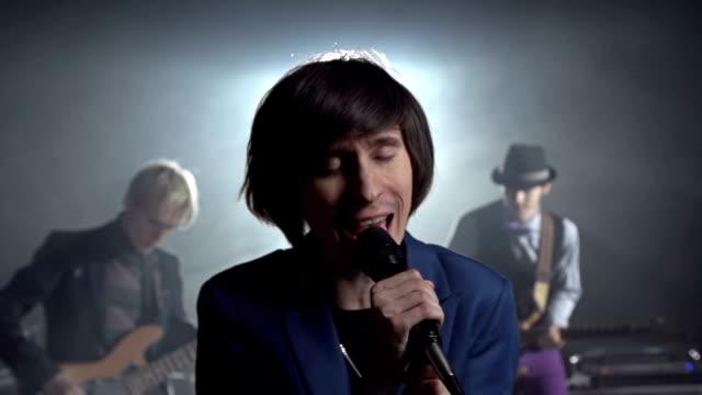 vídeos de stock, filmes e b-roll de cantando coração out - música acústica