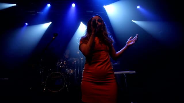 sjunger hennes hjärta - sångare artist bildbanksvideor och videomaterial från bakom kulisserna