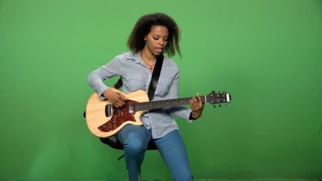 ギターを弾く歌の女性 - ミュージシャン点の映像素材/bロール