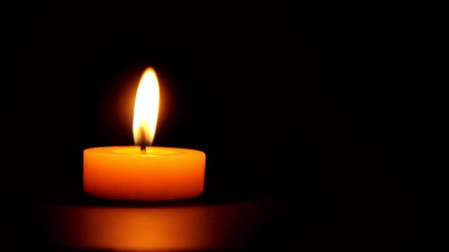 singolo candela burning-loopable - un singolo oggetto video stock e b–roll