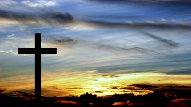 single cross with setting or rising sun in background. - бог стоковые видео и кадры b-roll
