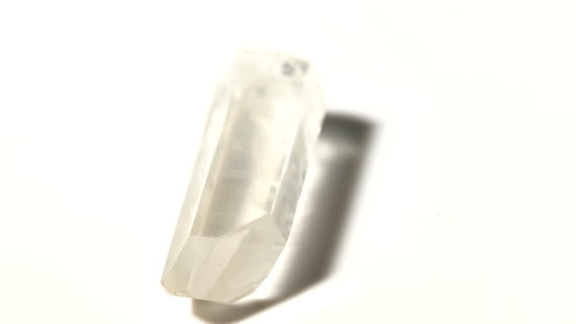 tek kristal mineral taş örnek beyaz arka plan ile dönüşümlü olarak - kristal stok videoları ve detay görüntü çekimi