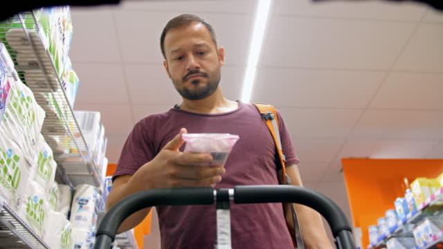 4K: padre soltero en supermercado de silla de paseo POV - vídeo