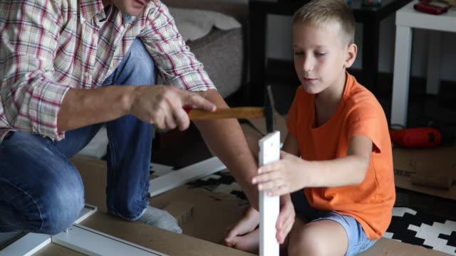 Padre soltero es armar muebles con sus hijos - vídeo