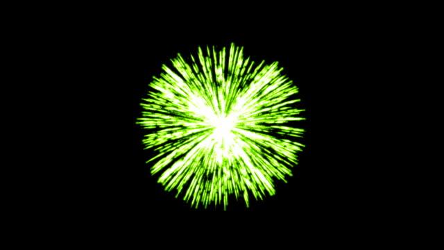Einzelne grüne Feuerwerk auf dunklem Hintergrund – Video