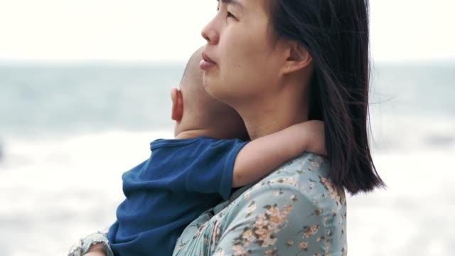 La veuve célibataire de maman s'inquiète pour l'avenir de son fils - Vidéo