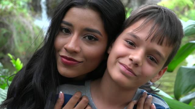 Madre e hijo besos solo adolescente - vídeo