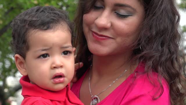 Solo madre con bebé al aire libre - vídeo