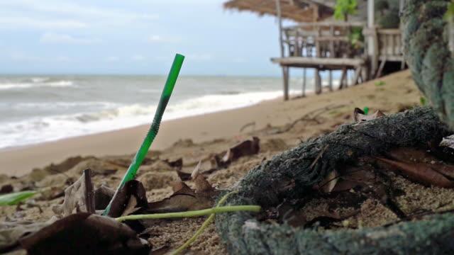 single use plastic ocean pollution discarded drinking straw - paglia video stock e b–roll