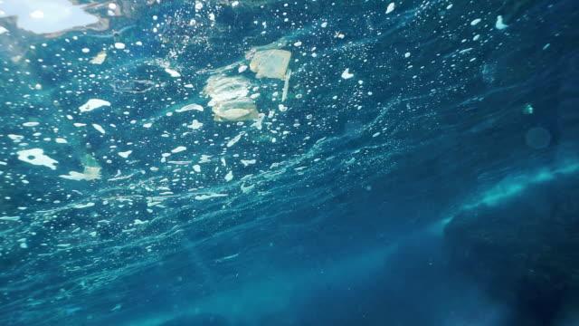Einweg-Kunststoffverschmutzung im Ozean unter Wasser – Video