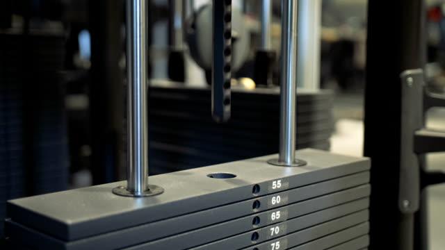 ジムで単一の体重スタックが上下に引っ張ります - スポーツ用品点の映像素材/bロール