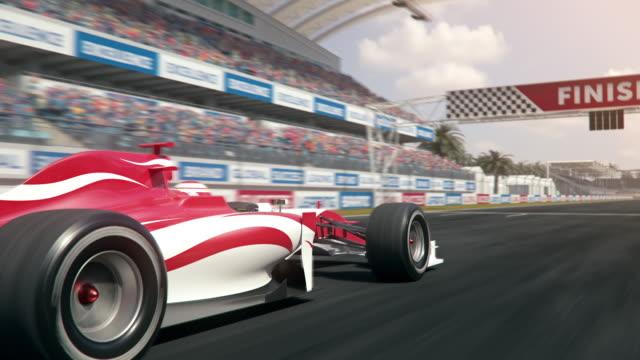결승선을 가로 질러 운전하는 포뮬러 원 경주용 자동차 - formula 1 스톡 비디오 및 b-롤 화면