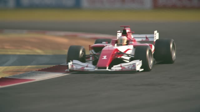 머리 핀 곡선을 통해 운전 하는 포뮬러 원 레이스 자동차 - formula 1 스톡 비디오 및 b-롤 화면
